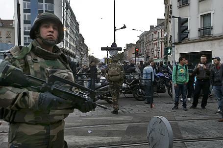 Французский полицейский во время спецоперации по задержанию предполагаемых террористов.