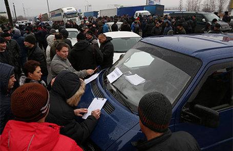 Дальнобойщики во время массовой акции протеста в связи с введением покилометровой оплаты проезда с 15 ноября для транспортных средств массой свыше 12 тонн.