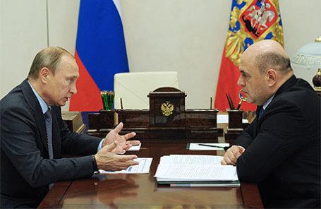 Президент РФ Владимир Путин и руководитель Федеральной налоговой службы (ФНС) Михаил Мишустин (слева направо) во время встречи в резиденции Ново-Огарево.