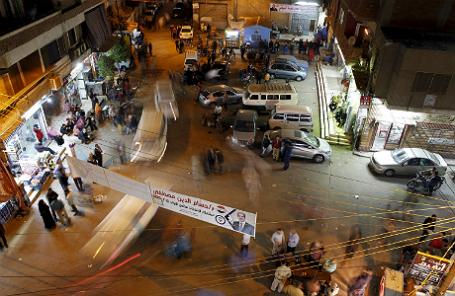 Люди на улицах в Египте перед завершение второго раунда выборов в парламент.