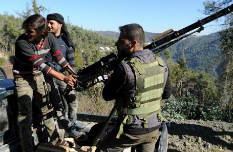 Бойцы-туркмены недалеко от турецко-сирийской границы.
