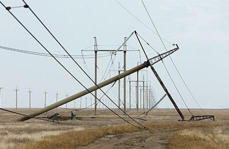 Поврежденный участок электросети, передающей энергию из Украины в Крым в Херсонской области.