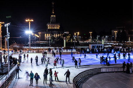 Жители города на катке на ВДНХ.