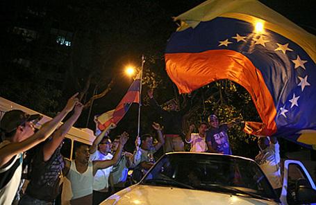 Сторонники Блока демократического единства празднуют победу своей партии на выборах. Каракас, Венесуэла, 7 декабря 2015.