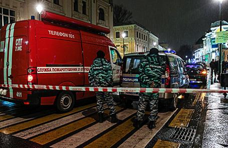 Сотрудники полиции на месте взрыва на остановке общественного транспорта на улице Покровка. Москва, 8 декабря 2015.