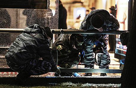 Работа следственно-оперативной группы на месте взрыва на остановке общественного транспорта на улице Покровка, 8 декабря 2015.