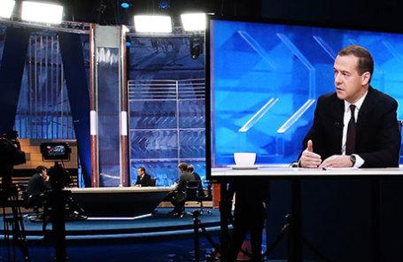 Премьер-министр России Дмитрий Медведев (в центре) во время интервью, посвященного итогам работы правительства в текущем году.