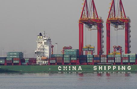 Контейнеры на грузовом судне в порту Жичжао, провинция Шаньдун, Китай.