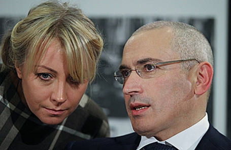 Пресс-секретарь М.Ходорковского Ольга Писпанен и бывший глава нефтяного концерна ЮКОС Михаил Ходорковский.
