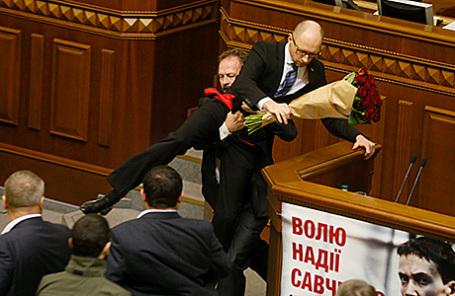 Депутат Олег Барна выталкивает премьер-министра Украины Арсения Яценюка из-за трибуны во время заседания Верховной Рады Украины в Киеве, 11 декабря 2015.