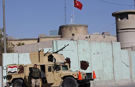 Иракские военные около посольства Турции в Багдаде.