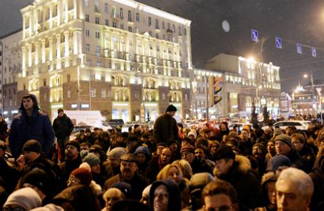 Участники митинга против платных парковок на Пушкинской площади.