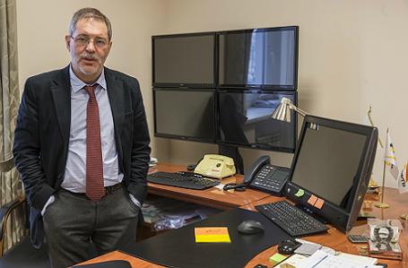 Вице-президент по PR в ОАО «НК «Роснефть» Михаил Леонтьев в своем рабочем кабинете.