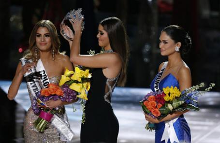 У Ариадны Гутьеррес отбирают только что надетую корону. Справа — победительница Пия Алонсо Вуртсбах.