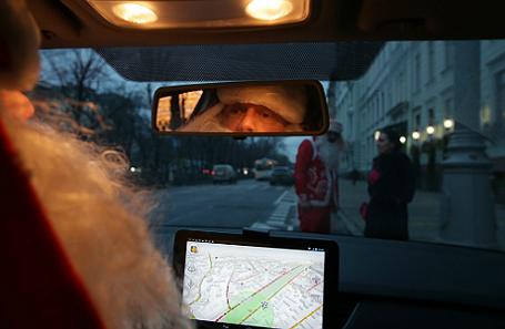 Таксисты в костюмах Деда Мороза появились в Москве.