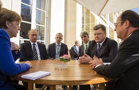 Федеральный канцлер ФРГ Ангела Меркель, президент России Владимир Путин, президент Украины Петр Порошенко и президент Франции Франсуа Олланд (слева направо на первом плане) во время неформальной встречи.
