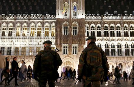 Бельгийские солдаты патрулируют Гран-Плас в Брюсселе.