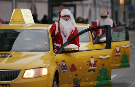Таксисты службы «Яндекс.Такси» в костюмах Дедов Морозов.
