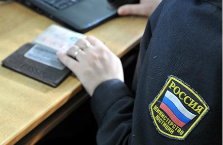 Судебный пристав проверяет водителя по базе данных на наличие штрафов в рамках совместного рейда с сотрудниками ДПС по выявлению граждан, не уплативших наибольшее количество административных штрафов в установленные КоАП РФ сроки.