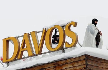 Швейцарский спецотряд полиции наблюдает за окрестностями с вершины крыши Congress Hotel в Давосе, где будет проходить Всемирный экономический форум (ВЭФ).