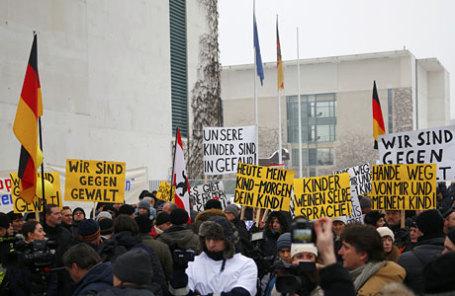 Активисты протеста против сексуальных домогательств мигрантов в Берлине.
