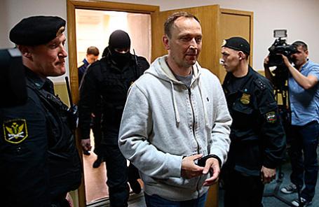 Денис Сугробов (в центре).