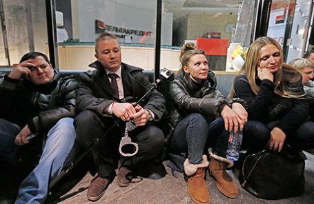 Участники акции протеста валютных заемщиков в здании банка «ДельтаКредит».
