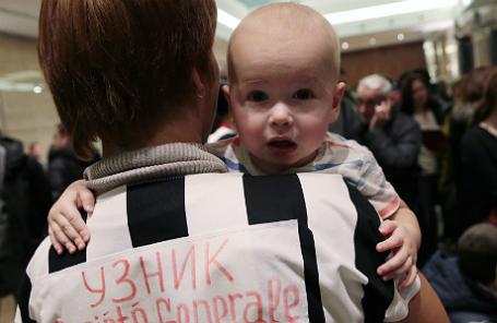 Акция протеста валютных заемщиков в здании банка «ДельтаКредит» в Москве.