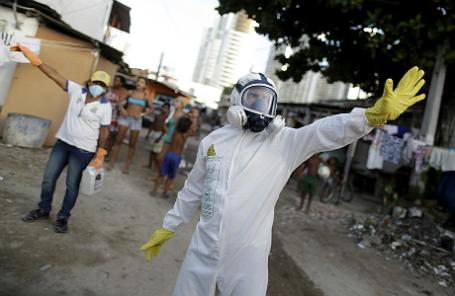 Рабочие, распыляющие инсектицид в рамках борьбы с распространением вируса Зика. Ресифи, Бразилия.
