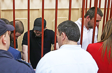 Фигуранты дела об убийстве политика Бориса Немцова Шадид Губашев, Хамзат Бахаев и Темирлан Эскерханов (слева направо на втором плане).