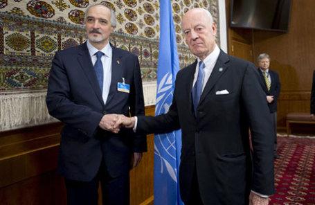 Посол Сирии в ООН Башар Джафари (слева) и спецпосланник ООН по Сирии Стаффан де Мистура  в Женеве.