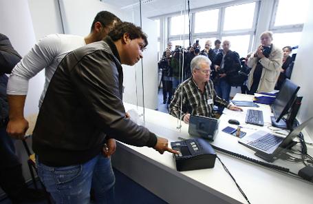 Снятие отпечатков пальцев в миграционном центре в Германии.