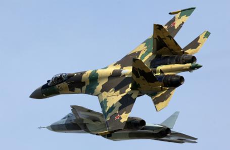 Российские многоцелевые истребители Су-35 и Т-50.