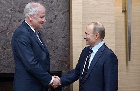 Премьер-министр Баварии Хорст Зеехофер и президент России Владимир Путин (слева направо) во время встречи в резиденции Ново-Огарево.