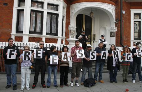 Группа поддержки Джулиана Ассанжа у посольства Эквадора в Лондоне, июнь 2013 года.