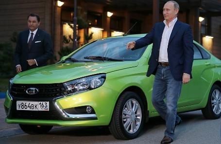 Президент «АвтоВАЗ» Бу Андерссон и Владимир Путин у автомобиля Lada Vesta.