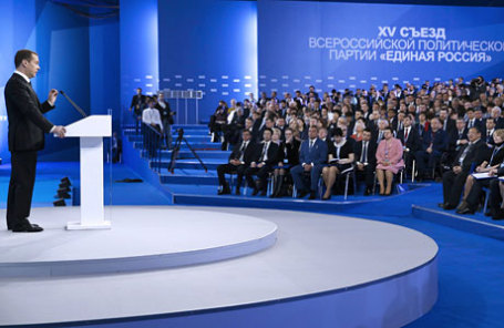 Премьер-министр РФ Дмитрий Медведев (слева) на пленарном заседании в рамках первого этапа XV съезда Всероссийской политической партии «Единая Россия» на ВДНХ.