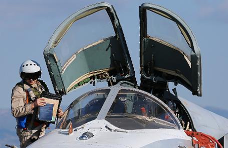 Пилот российского фронтового бомбардировщика Су-24М на аэродроме «Хмеймим» перед вылетом на боевое задание.
