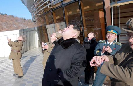 Ким Чен Ын наблюдает за запуском баллистической ракеты.