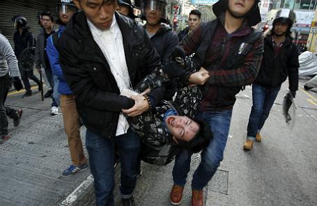 Протестующий, схваченный полицейскими в штатском. Гонконг, февраль 2016 года.
