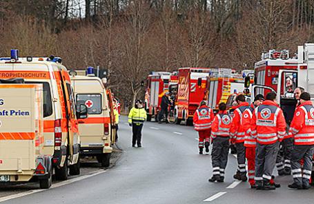 Пожарные и кареты скорой помощи недалеко от места столкновения поездов в Баварии, Германия, 9 февраля 2016.