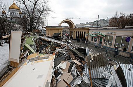 Снос торговых павильонов около станции метро Кропоткинская в Москве.
