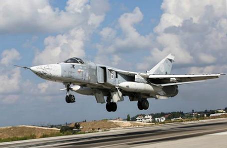 Российский фронтовой бомбардировщик Су-24М взлетает с аэродрома «Хмеймим».
