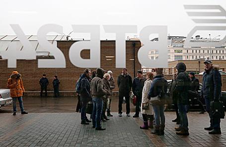 Участники акции протеста валютных заемщиков в офисе банка ВТБ24 на Мясницкой улице.