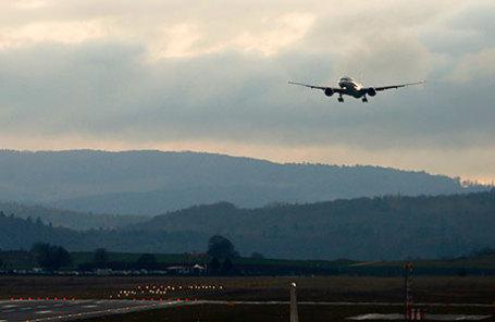 Самолет Boeing 777 в воздухе.