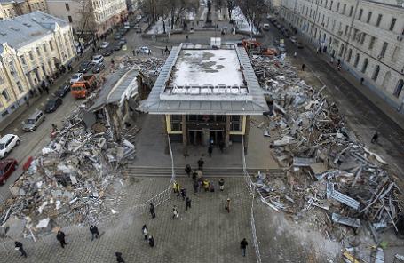 Вид на снесенные торговые павильоны у станции метро