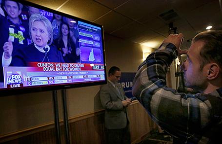 Сторонник Дональда Трампа смотрит выступление Хиллари Клинтон.