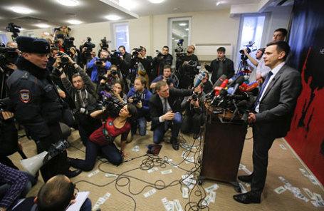Заместитель председателя партии ПАРНАС Илья Яшин  во время презентации доклада «Угроза национальной безопасности», посвященного анализу политики в Чечне под руководством Рамзана Кадырова.