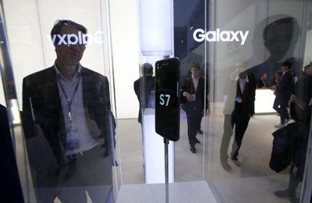Новый Samsung S7 на выставке в Барселоне.