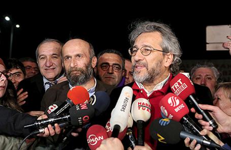 Джан Дюндар (справа) и Эрдем Гюль после освобождения из тюрьмы, Силиври, Турция, 26 февраля 2016.